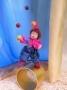 Clown jongliert mit Bällen