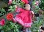 Indisches Kind mit roten Blumen