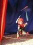 Clown jongliert mit bunten Keulen